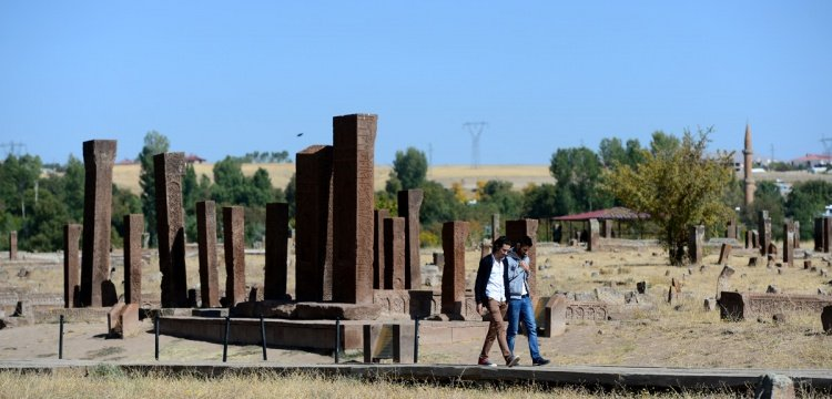 Ahlat'taki Selçuklu Mezarlığı çimlendirilecek ve selvilerle donatılacak