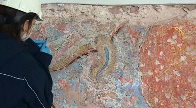 Topkapı Sarayı'nda beton sıvanın altında 500 yıllık süslemeler bulundu