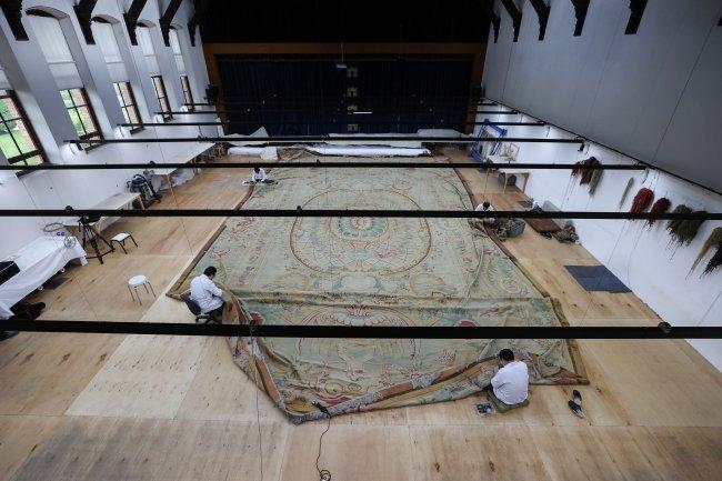 Dolmabahçe Sarayı'nın en büyük halısı restore ediliyor